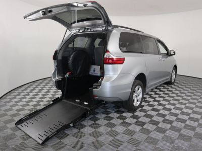Commercial Wheelchair Vans for Sale - 2019 Toyota Sienna LE ADA Compliant Vehicle VIN: 5TDKZ3DC6KS011508
