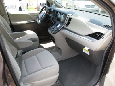 Brown Toyota Sienna image number 19