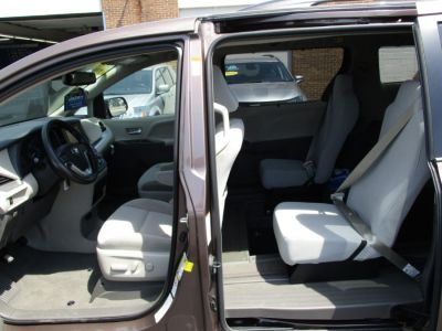 Brown Toyota Sienna image number 21