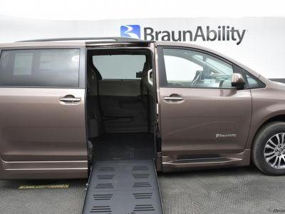 Brown Toyota Sienna image number 1