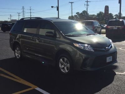 Green Toyota Sienna image number 20