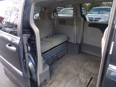 Gray Chrysler Town and Country image number 18