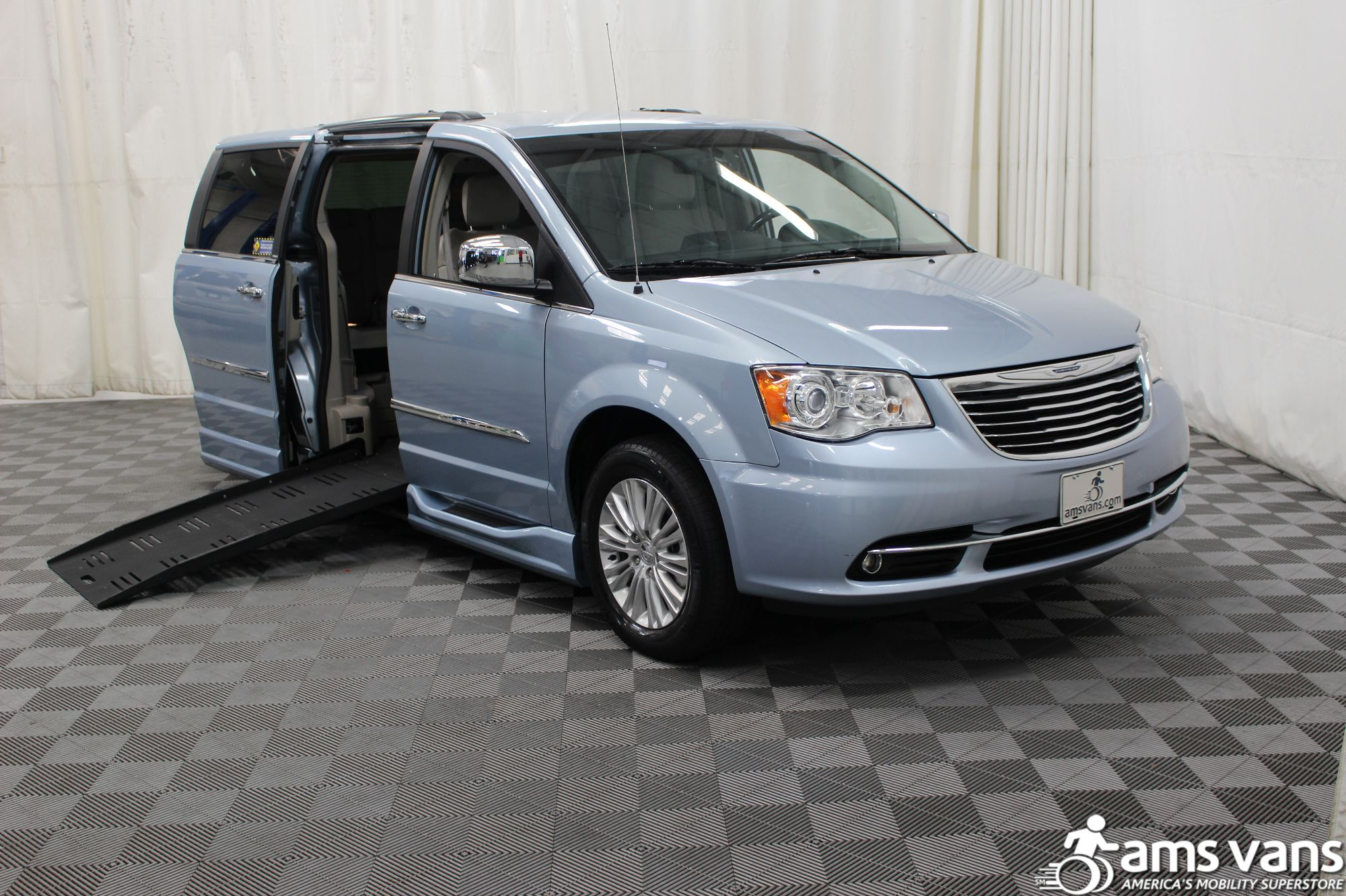 2013 chrysler town and country wheelchair van for sale 39 999. Black Bedroom Furniture Sets. Home Design Ideas