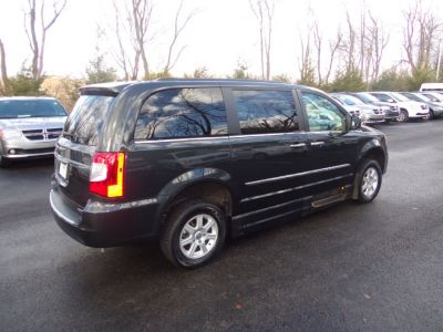 Gray Chrysler Town and Country image number 24