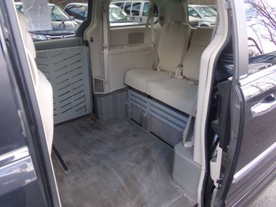 Gray Chrysler Town and Country image number 17