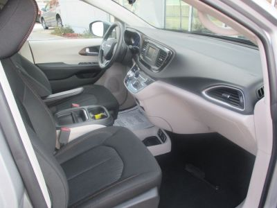 Silver Chrysler Pacifica image number 19