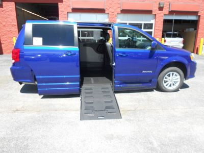 Blue Dodge Grand Caravan image number 0