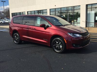 Red Chrysler Pacifica image number 30