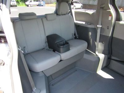 Silver Toyota Sienna image number 19