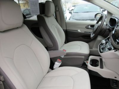 Brown Chrysler Pacifica image number 15