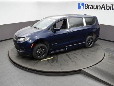 Blue Chrysler Pacifica image number 14