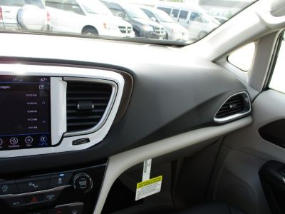 Silver Chrysler Pacifica image number 13