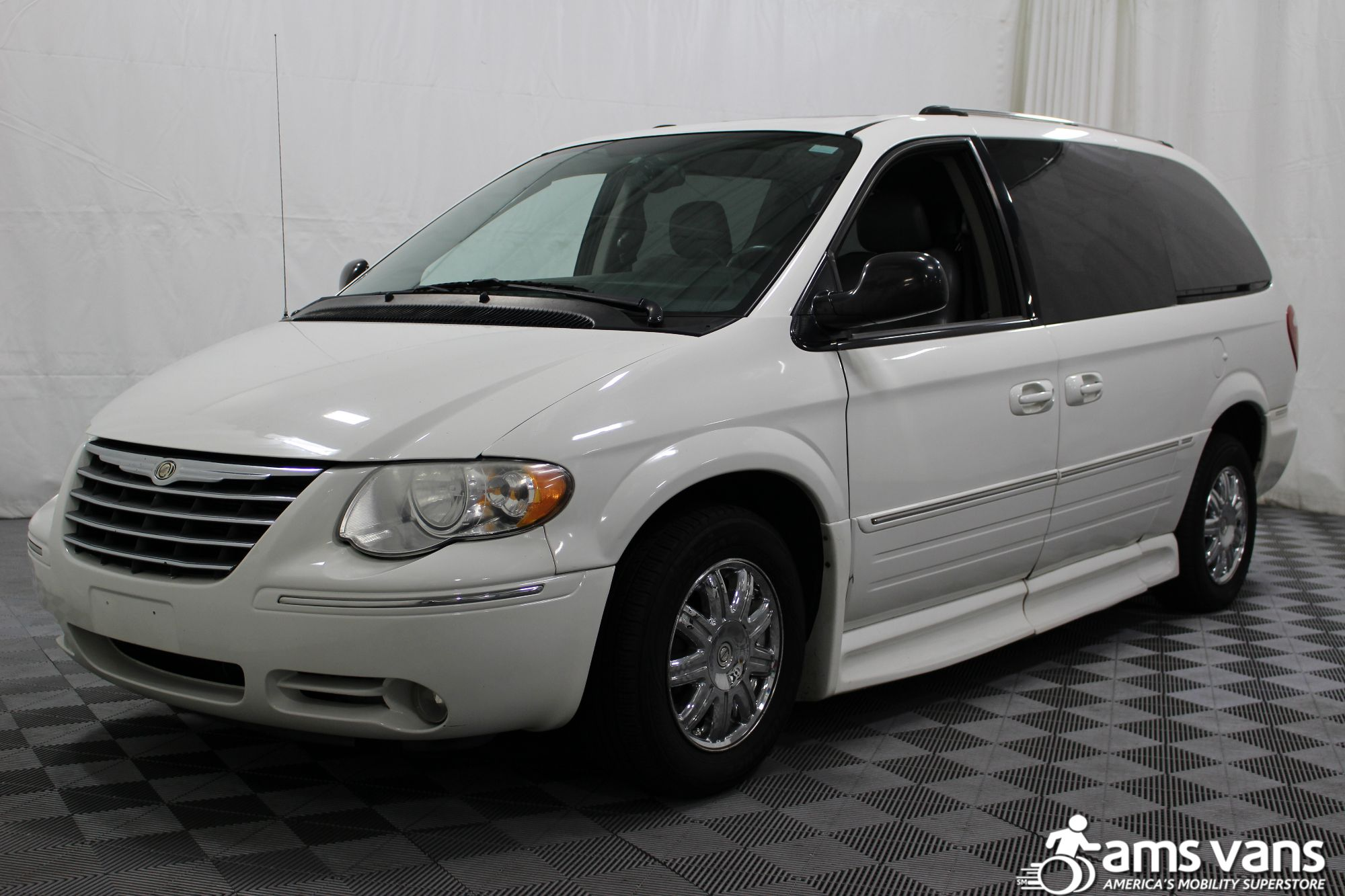 2005 Chrysler Town and Country Limited Wheelchair Van For Sale #16