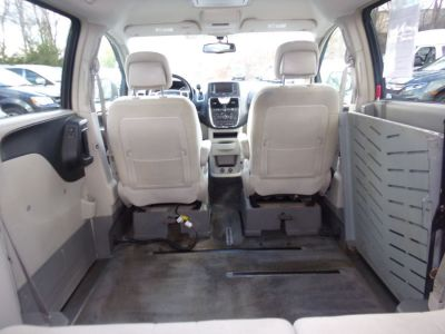 Gray Chrysler Town and Country image number 20