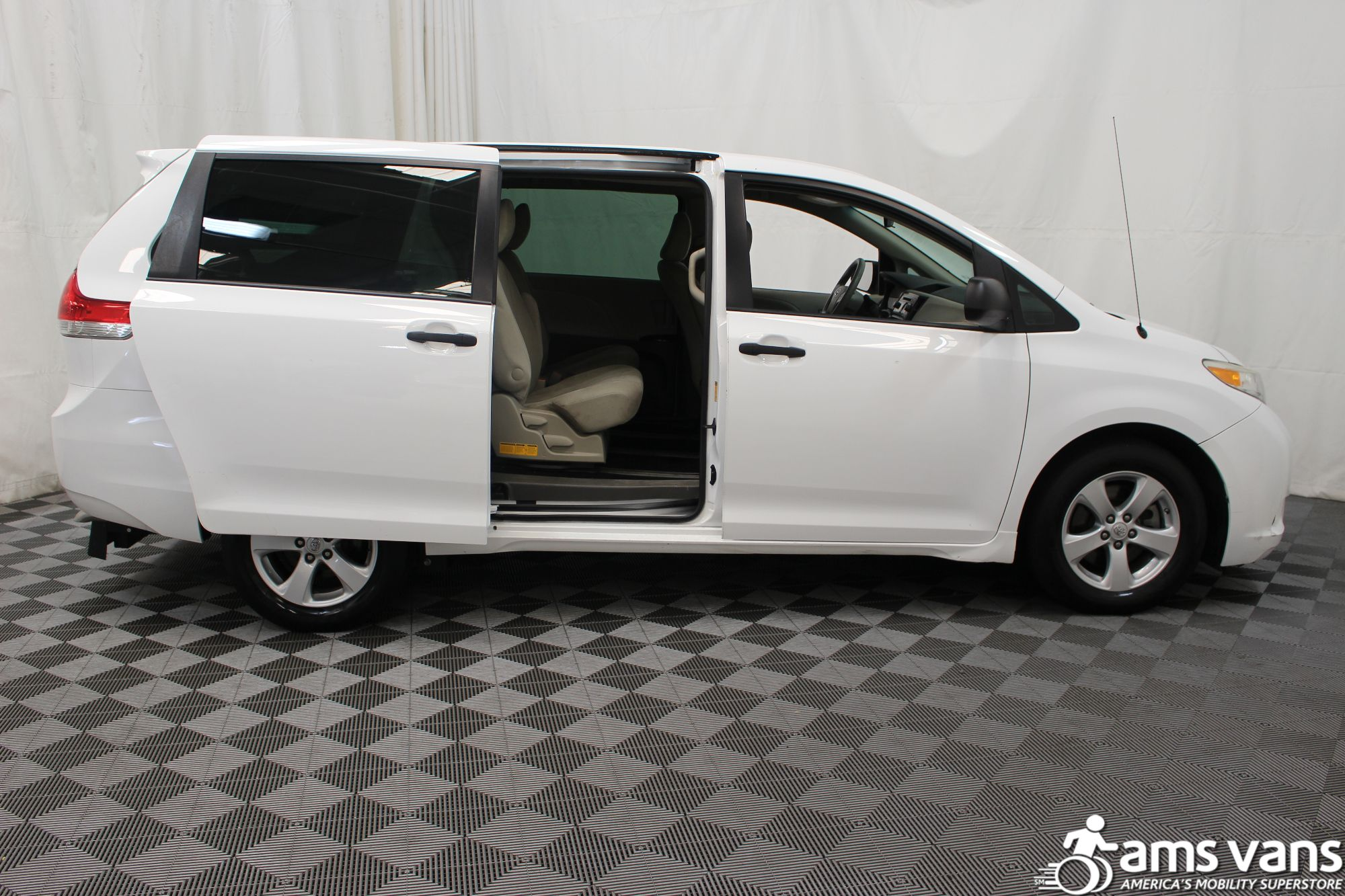 2013 toyota sienna wheelchair van for sale 27 995. Black Bedroom Furniture Sets. Home Design Ideas