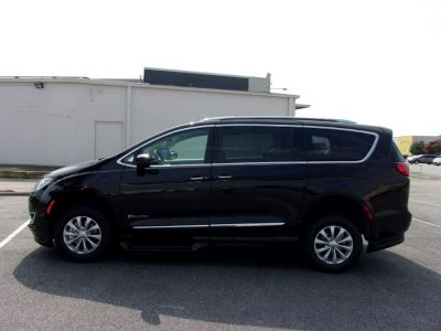 Brown Chrysler Pacifica image number 3