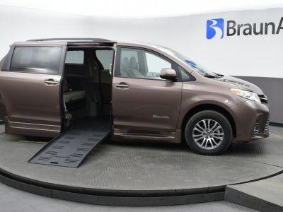 Brown Toyota Sienna image number 2