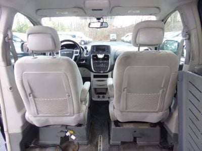 Gray Chrysler Town and Country image number 16