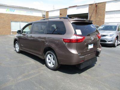 Brown Toyota Sienna image number 29