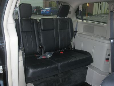 Black Chrysler Town and Country image number 17