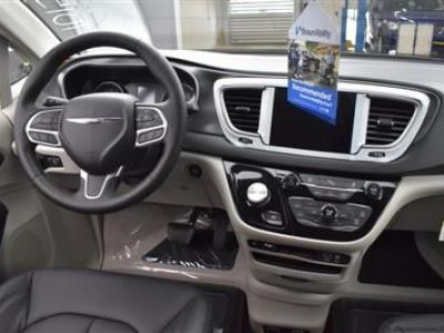 White Chrysler Pacifica image number 14