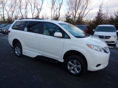 White Toyota Sienna image number 24