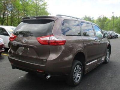 Brown Toyota Sienna image number 7