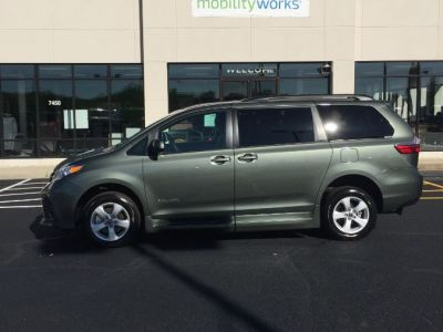 Green Toyota Sienna image number 3