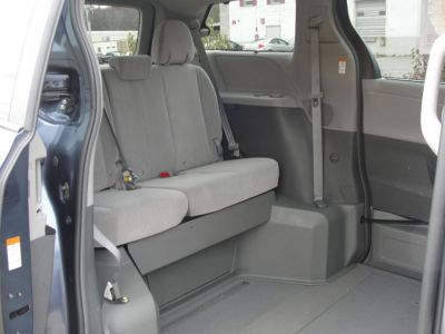 Blue Toyota Sienna image number 15