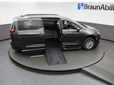 Gray Chrysler Pacifica image number 22