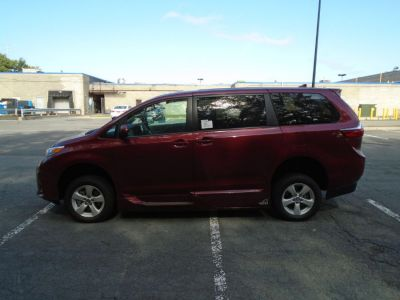 Red Toyota Sienna image number 3