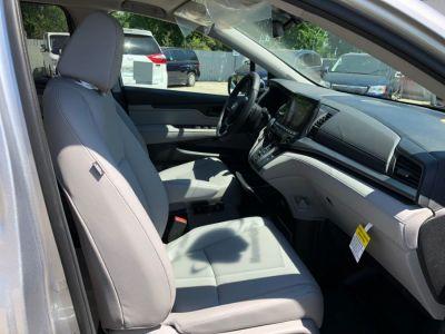 Silver Honda Odyssey image number 14