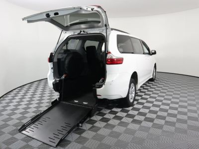 Commercial Wheelchair Vans for Sale - 2019 Toyota Sienna LE ADA Compliant Vehicle VIN: 5TDKZ3DC1KS991780