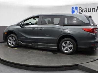 Green Honda Odyssey image number 3
