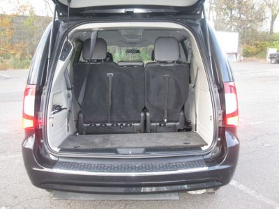 Black Chrysler Town and Country image number 19