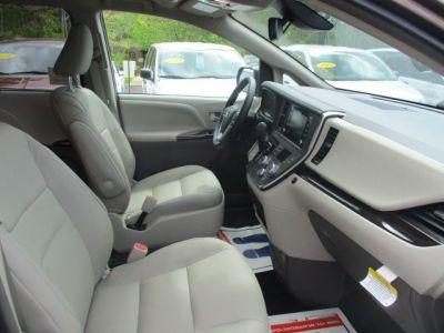 Brown Toyota Sienna image number 17